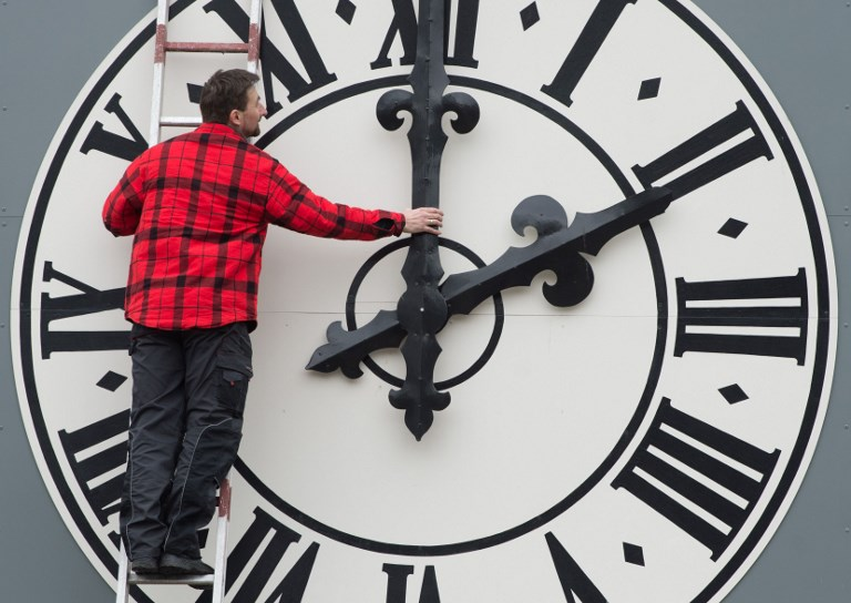laikrodžius pervedinėjame